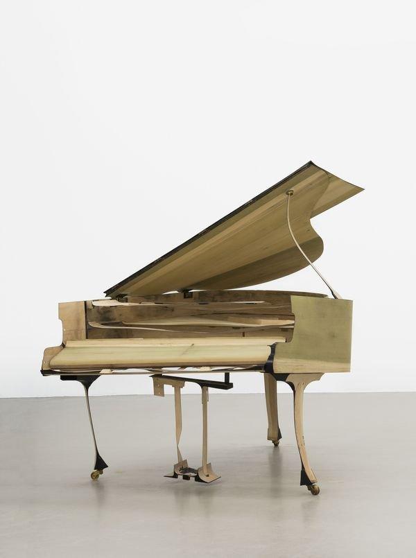 Führung durch die Ausstellungen - © Benjamin Houlihan: skinny grand piano, 2015 Flügel, geschliffen, 173 x 151 x 189cm Foto: Hye-Mi Kim, Sammlung Schnetkamp