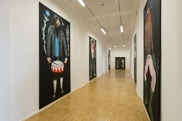 Führung durch die Ausstellung - © Sebastian Tröger aus der Serie Antihelden, 2018, 16-teilig, Öl und Acryl auf Leinwand,  je 190 x 190 cm Courtesy the artist, Foto: Annette Kradisch