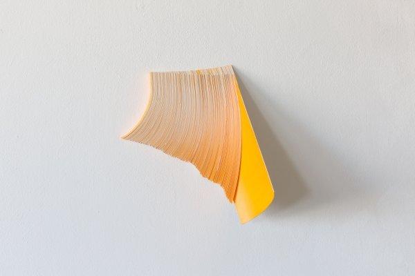 Künstlergespräch - © Marile Holzner, o.T., 2017 Papier, Pigment, Leim, 23 x 28 x 17 cm, Courtesy Marile Holzner