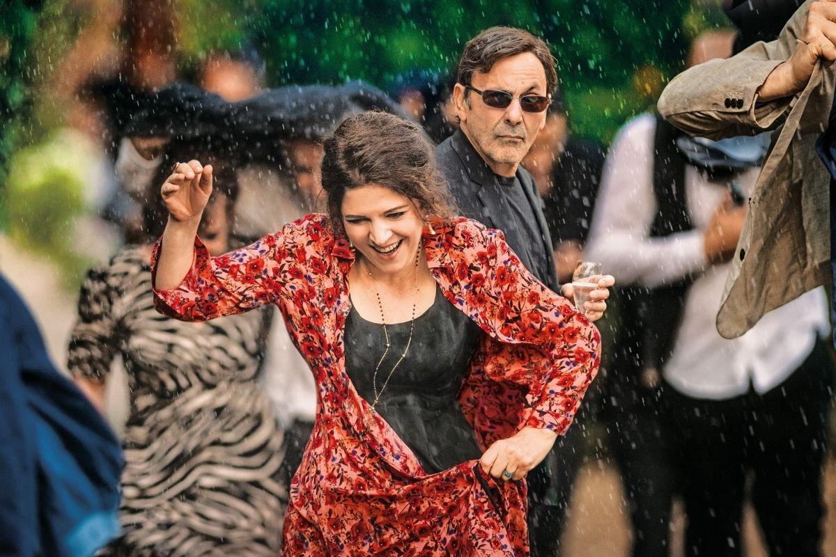 Champagner & Macarons - Ein unvergessliches Gartenfest - © Tiberius Film Guy Ferrandis - SBS Films
